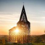 la chiesa che scompare evanescente